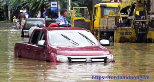 Lái xe mùa mưa bão Ford thách thức mọi cung đường