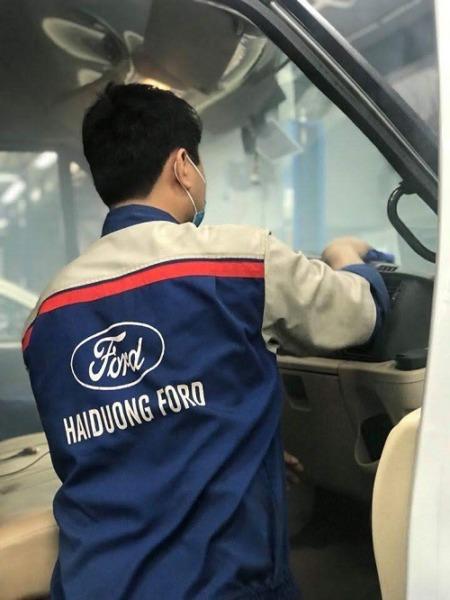 Vệ sinh khoang nội thất xe cho khách hàng